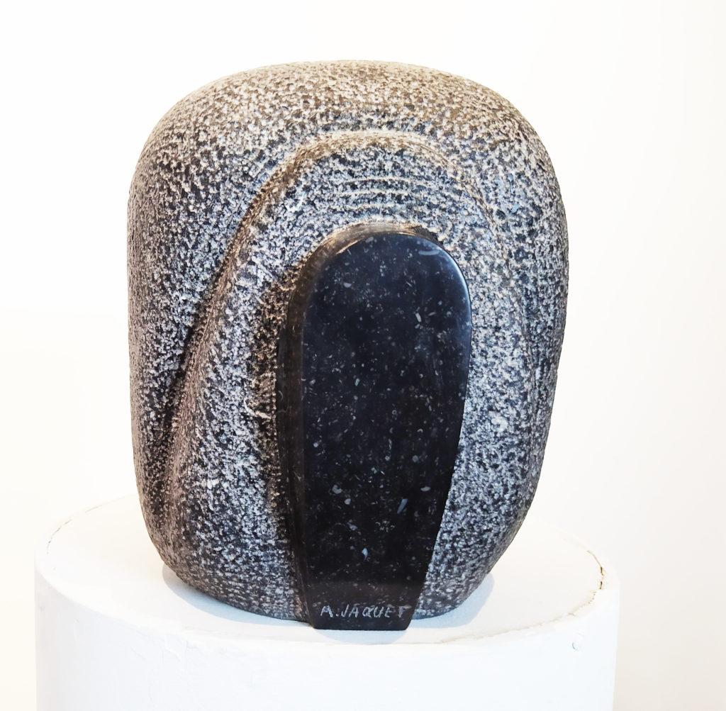 Câline / Câline / 2015 / Sculpture granit du Hainaut / terrasse : 33 x 33 : H. 24 cm